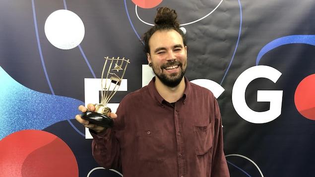 Philippe Gagné tient le trophée du gagnant du Festival international de la chanson de Granby.