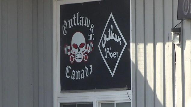 Le drapeau du club est cloué sur un mur de l'édifice