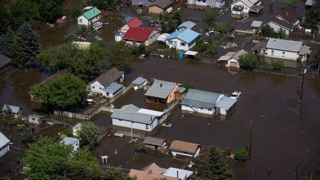 Les rues et terrains entourant des maisons dans un quartier résidentiel sont recouverts d'eau.
