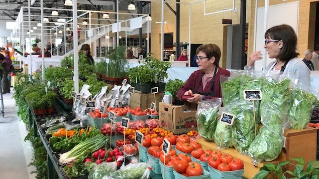 Un kiosque de fruits et légumes au Grand Marché de Québec