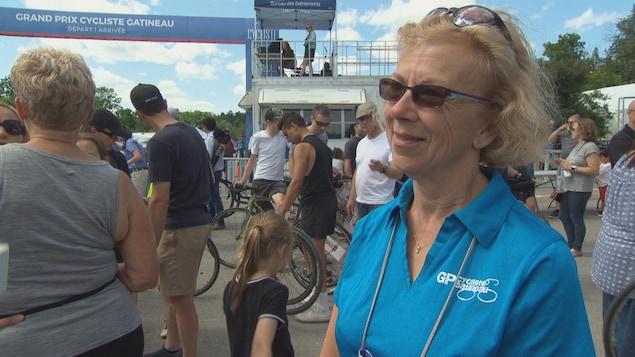 La présidente du Grand Prix cycliste de Gatineau, Frédérique Moulin répond aux questions d'un journaliste au fil d'arrivé d'un course.