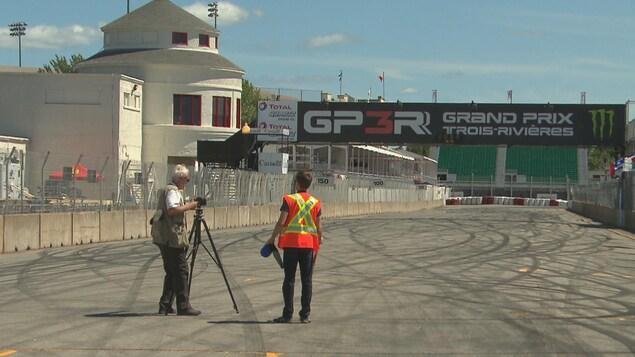 Le photographe Claude Charlebois prend en photo le circuit de course de Grand Prix Trois-Rivières.