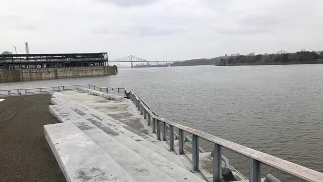 Vue sur le fleuve, avec le pont Jacques-Cartier en arrière-plan.