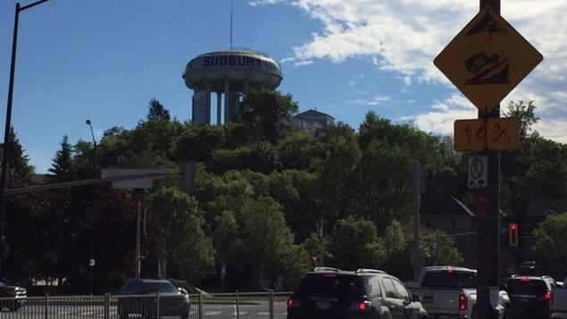 Le centre-ville du Grand Sudbury avec son château d'eau.