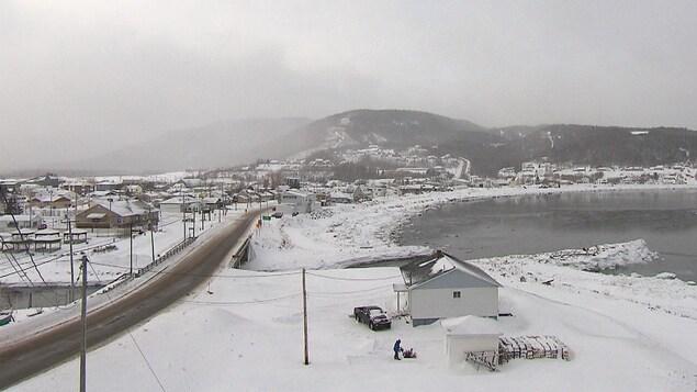 Point de vue sur le village de Grande-Vallée en hiver, situé en Gaspésie. Les maisons bordent le fleuve Saint-Laurent.