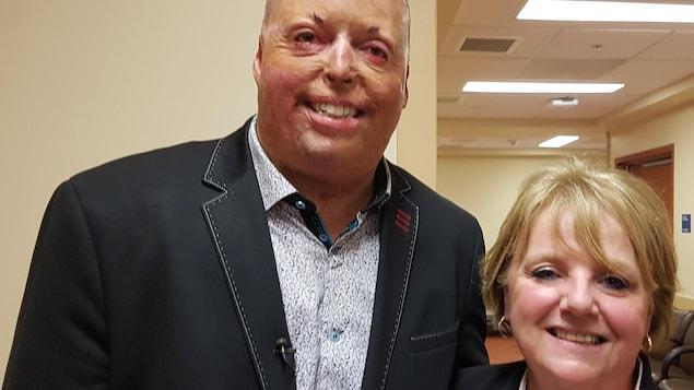 Philippe St-Pierre et Rosanne Reaume, directrice générale de l'Association des grands brûlés F.L.A.M après une entrevue