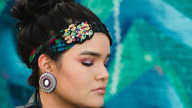 Une jeune femme portant un bandeau perlé.
