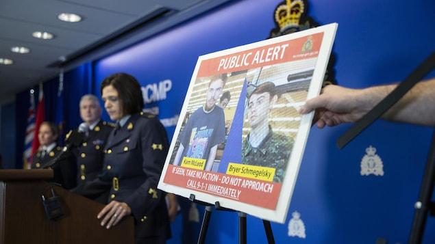 Conférence de presse de la GRC qui présente une photo de deux jeunes garçons, Bryer Schmegelsky et Kam McLeod.
