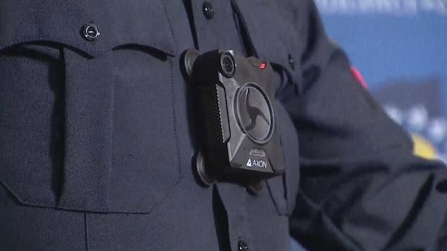 Un policier portant une caméra d'intervention.