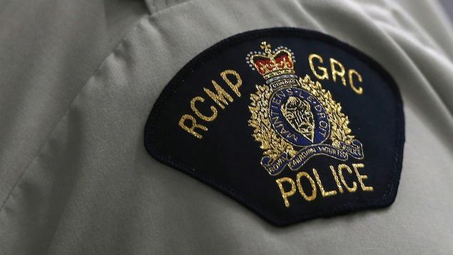 L'écusson de la GRC sur l'épaule d'une agente.