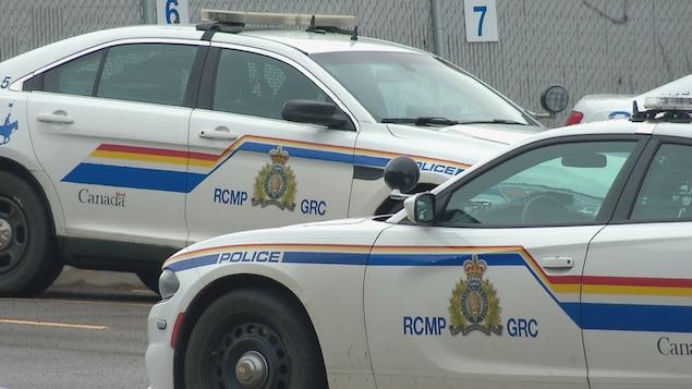 Des auto-patrouilles de la Gendarmerie royale du Canada garées dans un stationnement.