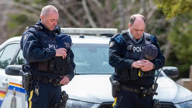 Deux agents de la GRC observent un moment de silence à la mémoire de l'agente Heidi Stevenson, tuée dans les événements tragiques de la nuit du samedi 18 avril à Portapique en Nouvelle-Écosse.