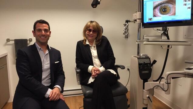 L'ophtalmologiste Mazen Choulakian sourit avec avec sa patiente, Marie-France Lazure devant une image de l'oeil de Marie-France avec le nouvel iris.
