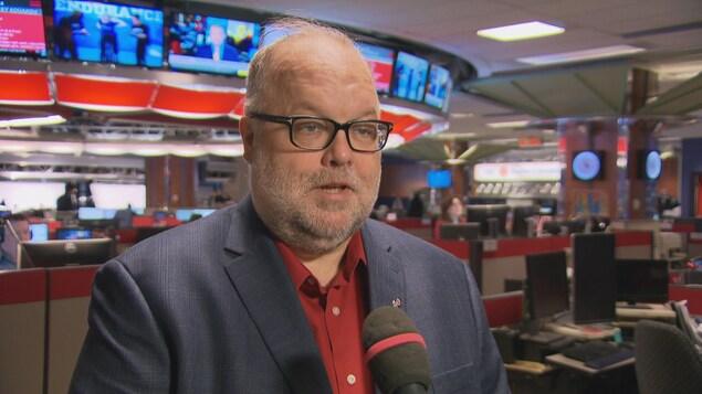L'homme est interviewé dans la salle de rédaction de Radio-Canada à Ottawa.