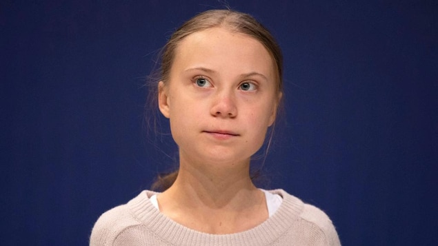 Portrait de Greta Thunberg sur un fond bleu
