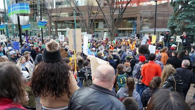 Une foule est réunie au centre-ville d'Edmonton.
