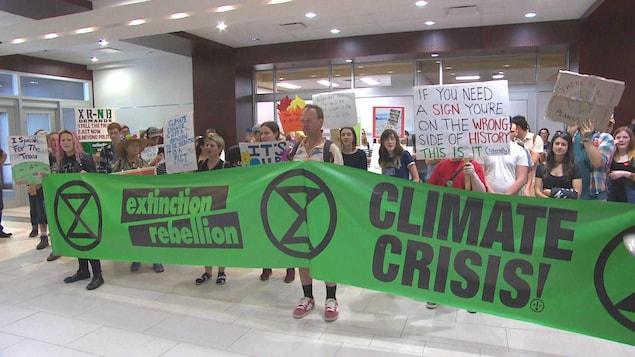 De jeunes manifestants avec une bannière.