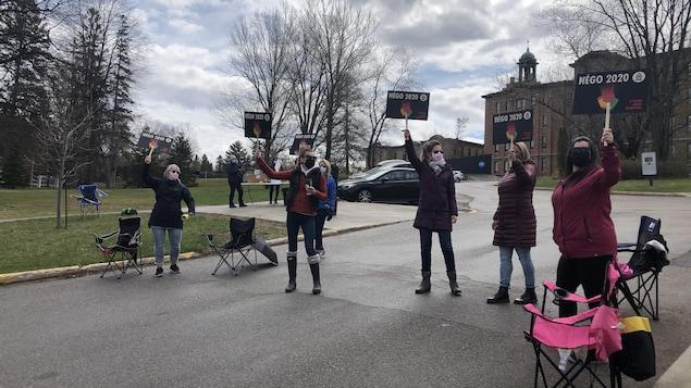 Des enseignants manifestent devant le Cégep de Jonquière.