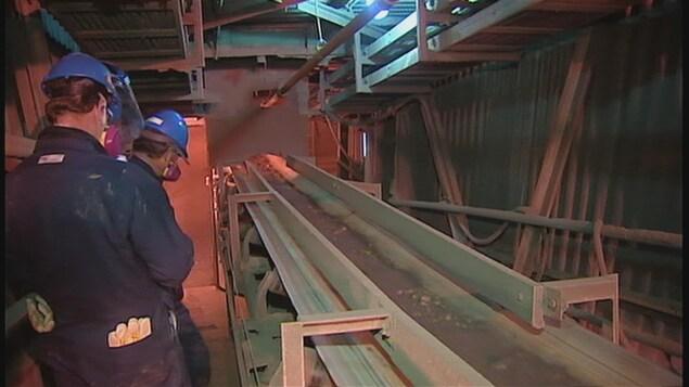Des employés au travail à la fonderie Glencore à Belledune, au Nouveau-Brunswick.