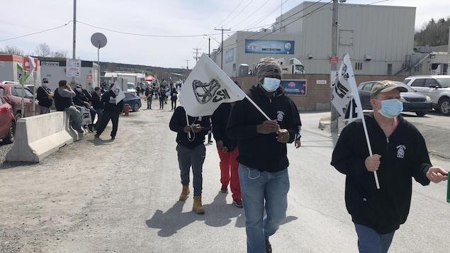 Des travailleurs manifestent devant l'usine Olymel à Vallée-Jonction.