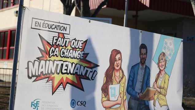 Une affiche est installée devant l'école Saint-Jean de Rimouski, le 14 avril 2021. On peut y lire : En éducation, faut que ça change maintenant!