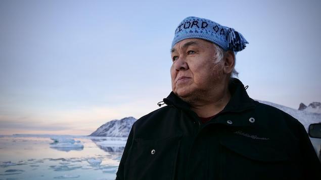 Larry Audlaluk, sur la rive de Grise Fiord, regarde à l'horizon.