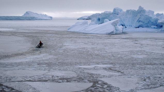 Un pêcheur dans sa chaloupe près d'Uummannaq, dans l'ouest du Groenland.
