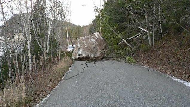 La grosse roche sur la route qui a craqué sous son poids