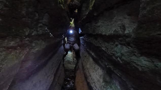 Un homme dans une grotte.