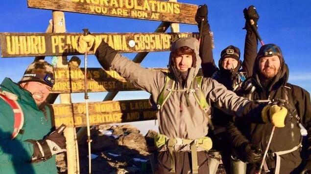 Le groupe au sommet du Kilimandjaro.