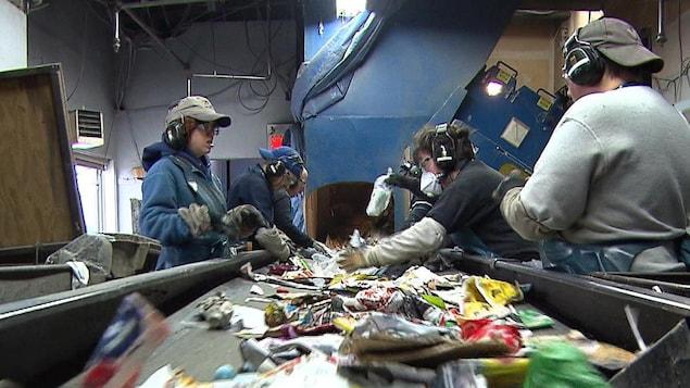 Des travailleurs au triage des matières recyclables