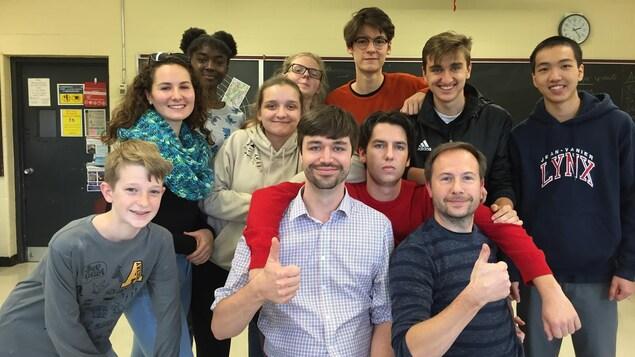 Photos des personnes dans une salle de classe.