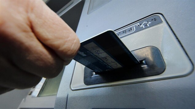 Un guichet automatique.