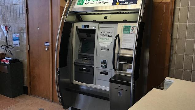 Le guichet automatique Desjardins situé à l'Institut de réadaptation en déficience physique de Québec (IRDPQ).