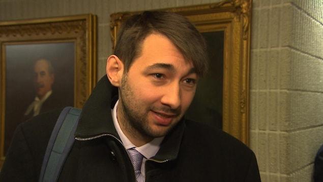 Guillaume Cliche-Rivard en entrevue dans un couloir du palais de justice.