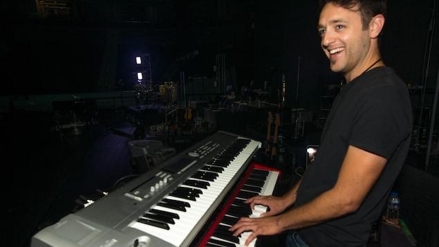 Guillaume Marchand souriant, les doigts sur un clavier