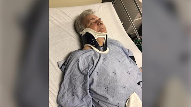 Homme dans un lit avec un col cervical.