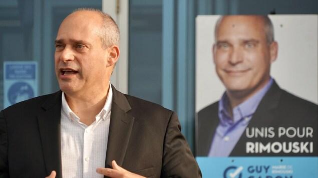 Le candidat à la mairie de Rimouski, Guy Caron, présente ses priorités économiques lors d'un point de presse dans le parc industriel