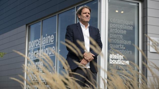 Le président de Céragrès, Guy Gervais, à l'extérieur de son magasin de Brossard