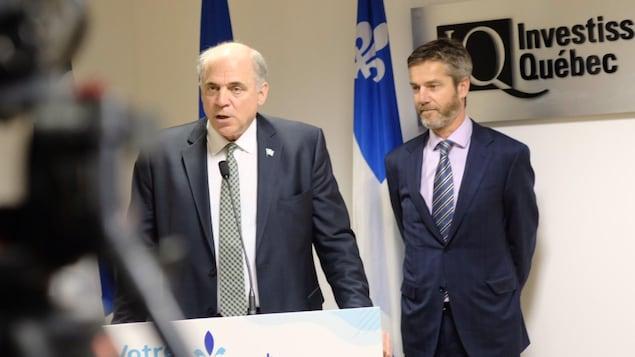 Le ministre de l'Économie, Pierre Fitzgibbon, en compagnie de Guy Leblanc durant un point de presse.