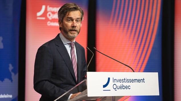 Une photo de Guy Leblanc livrant un discours derrière un lutrin d'Investissement Québec.