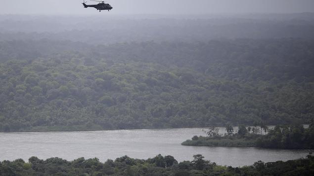 Un hélicoptère de l'armée brésilienne survole la rivière Oyapock qui sépare le Brésil de la Guyane française au cours de l'opération « Agata », près de la ville d'Oiapoque.