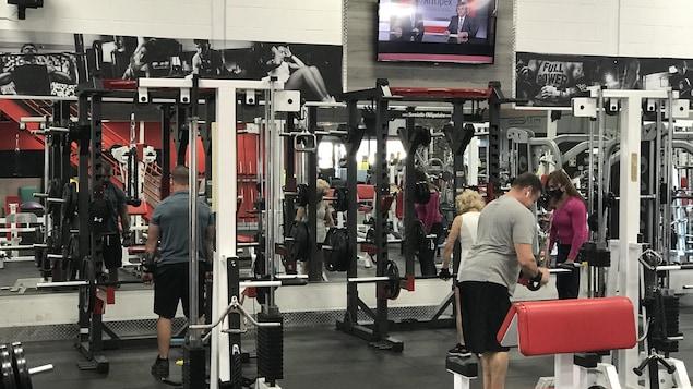 Une quinzaine de clients ont profité de l'ouverture du Mega Fitness Gym de Québec, mardi matin, malgré l'interdiction de la Santé publique.