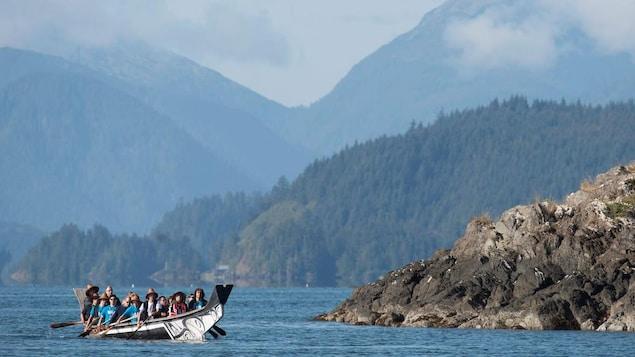 Des visiteurs naviguent en canoë dans l'archipel Haida Gwai, en Colombie-Britannique.