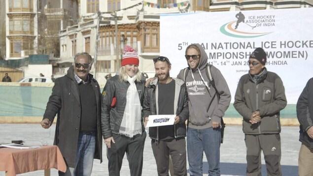 En janvier, au Ladakh, Hayley Wickenheiser posait à droite d'Alexis Daudelin lors d'un tournoi de hockey.
