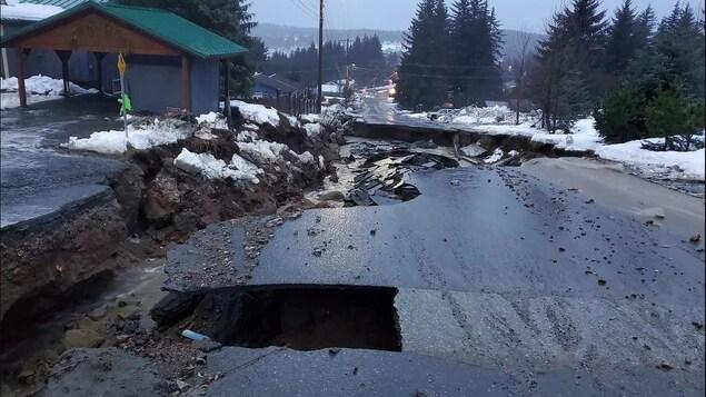 Un gouffre profond ouvert sur toute la largeur de la route.