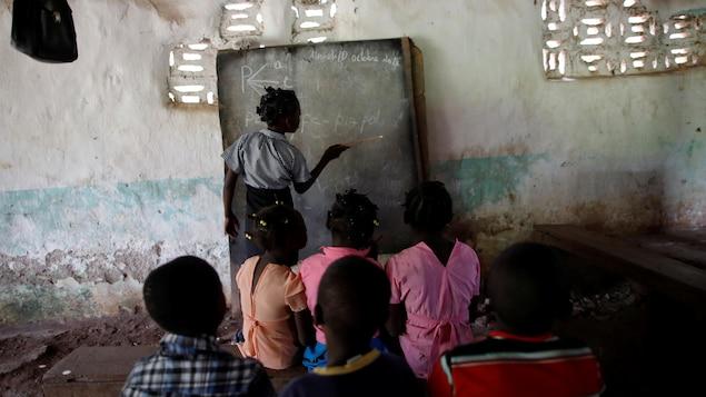Des enfants suivent un cours dans une école tenue par l'église baptiste, à Boucan Ferdinand, en Haïti.