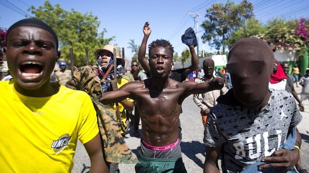 Des manifestants crient des slogans contre le gouvernement et réclament la démission du président d'Haïti.