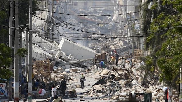 Une rue de Port-au-Prince dévastée par le violent tremblement de terre du 12 janvier 2010