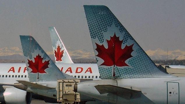 Des avions d'Air Canada stationné à l'aéroport